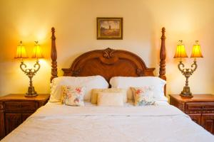 A bed or beds in a room at Chiltern Inn