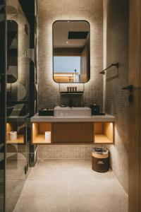 A bathroom at Macalister Hotel by PHC
