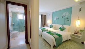 Ein Bett oder Betten in einem Zimmer der Unterkunft Lantana Boutique Hoi An Hotel