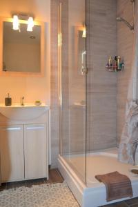 A bathroom at Vee 4 City Center Apartment