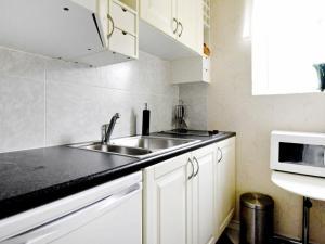 Ett kök eller pentry på One-Bedroom Holiday home in Lysekil 11