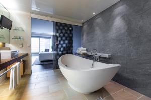 A bathroom at Radisson Blu Hotel Frankfurt