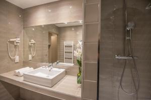 Salle de bains dans l'établissement Mercure Brignoles Golf de Barbaroux & Spa