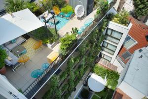 Vaizdas į baseiną apgyvendinimo įstaigoje Jardins de Mademoiselle Hôtel & Spa arba netoliese