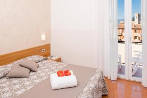 A bed or beds in a room at Hotel Taormina