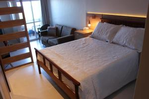 A bed or beds in a room at Bahia Flat Apt 302