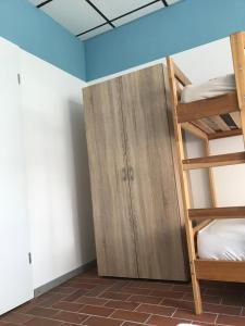 Ein Etagenbett oder Etagenbetten in einem Zimmer der Unterkunft Backpackers Inn Rostock