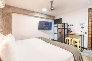 A bed or beds in a room at Lofts On Basilio