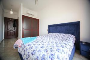 A bed or beds in a room at Très bel Appartement avec piscine et jardin