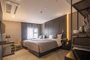 A bed or beds in a room at Hotel Foret Premier Nampo