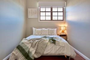 A bed or beds in a room at Highview House Hunter Valley
