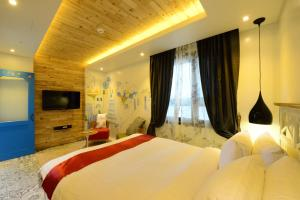 A bed or beds in a room at Dunsan Graytone Hotel