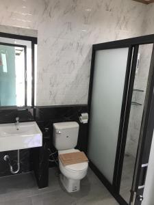 A bathroom at Fine Times Resort