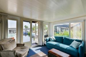 A seating area at Cosy Houseboat Westeinder (+ 2 Kayaks)