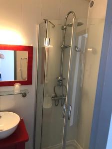 A bathroom at Hotel du Porge