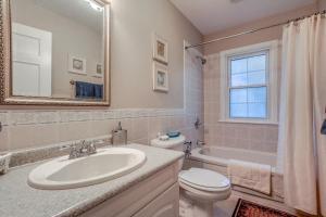 A bathroom at Dover House B&B