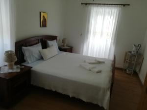 A bed or beds in a room at Casa do Grego