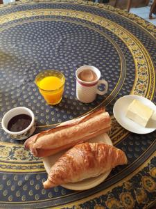 Breakfast options available to guests at la ville à la campagne