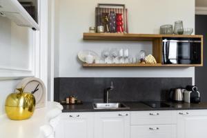 A kitchen or kitchenette at D apartments на Рубинштейна
