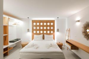 Ένα ή περισσότερα κρεβάτια σε δωμάτιο στο Golden Bay Suites & Maisonettes