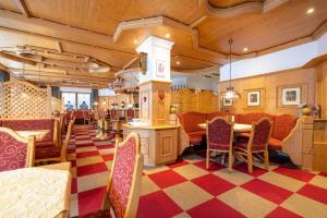 Ein Restaurant oder anderes Speiselokal in der Unterkunft Hotel Stern