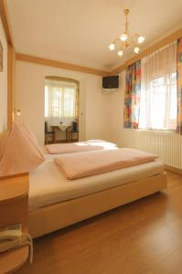 A bed or beds in a room at Hotel Tautermann