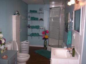 Salle de bains dans l'établissement Gîte Au p'tit bonheur B&B