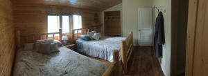 A bed or beds in a room at Cougar Mountain Lodge B&B