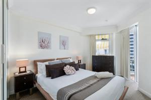 A bed or beds in a room at Phoenician Resort Broadbeach - GCLR