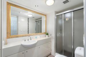 A bathroom at Phoenician Resort Broadbeach - GCLR