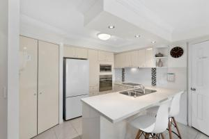 A kitchen or kitchenette at Phoenician Resort Broadbeach - GCLR