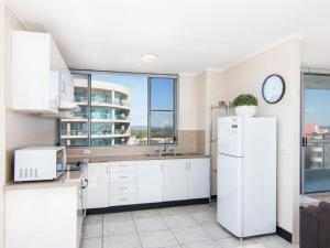 A kitchen or kitchenette at Oceanic 26