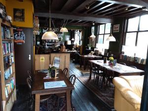 De lounge of bar bij Le Penseur