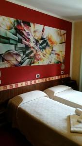 A bed or beds in a room at Hotel Rosa Serenella