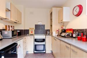 A kitchen or kitchenette at THE MANSION HOUSE LIVERPOOL Free Parking