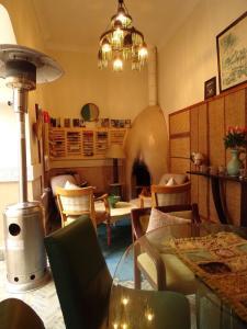 The lounge or bar area at Riad Le Coq Berbère