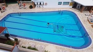 Vista sulla piscina di Hotel & Spa Entre Pinos o su una piscina nei dintorni