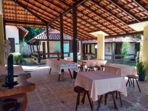 Um restaurante ou outro lugar para comer em Pousada Chalé das Praias