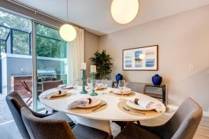 A restaurant or other place to eat at Incredible 4BR Near Parks with Pool & BBQ - 4459