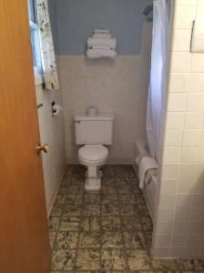 A bathroom at Oregon Trail Motel and Restaurant