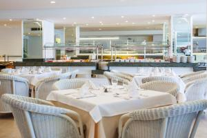 A restaurant or other place to eat at Grupotel Club Menorca
