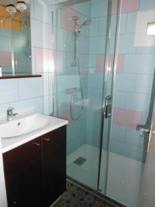 A bathroom at Chalet Le Vintage