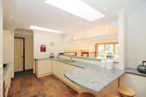 A kitchen or kitchenette at Bonnie Doon - Family friendly home!