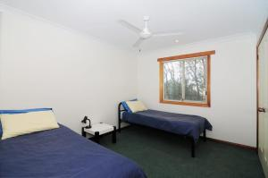 A bed or beds in a room at Bonnie Doon - Family friendly home!