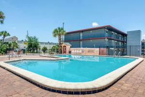 The swimming pool at or near Econo Lodge International Drive