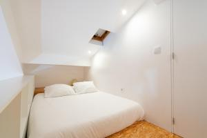 A bed or beds in a room at APA L - Loft Guesthouse Jardim das Maes Charming