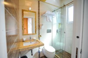 A bathroom at Iliria Internacional Hotel