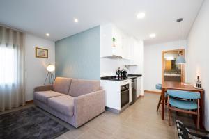 A kitchen or kitchenette at Bemyguest - Loft Guest House Jardim das Mães Charming