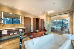 A bathroom at Hotel Norica - Thermenhotels Gastein