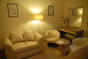 A seating area at Apartments Legacy